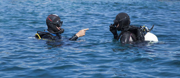 Two scuba divers in full gear Royalty Free Stock Photos