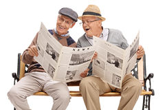 Two senior friends reading the news Royalty Free Stock Photography