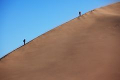 Two silhouette on dune Royalty Free Stock Photos