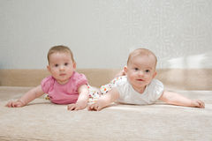 Two sisters, twin baby girls Royalty Free Stock Photos