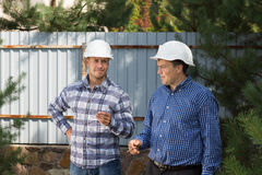 Two site engineers enjoying a smoke break Royalty Free Stock Photos