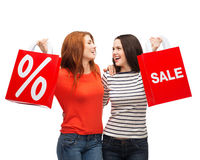 Two smiling teenage girl with shopping bags Royalty Free Stock Photos