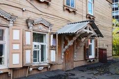 Two-storey blokhuis met portiek en vensterblinden op de straat van Irkoetsk Royalty-vrije Stock Foto's