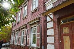 Two-storey blokhuis met vensterblinden op de straat van Irkoetsk Stock Fotografie