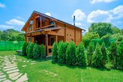 Two-storey buitenhuis in een rustieke stijltribunes in de de zomertuin stock fotografie