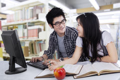 Two student laughing in library Stock Photography