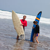 Two surfers on an ocean coast Royalty Free Stock Photos