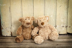 Two teddybears on wood Royalty Free Stock Images