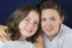 Two teenage girls hugging Royalty Free Stock Photography