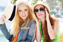 Two teenagers girl walking in city center Royalty Free Stock Photos