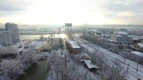 Two-tiered γέφυρα στη χιονισμένη πόλη φιλμ μικρού μήκους