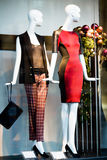 Two woman mannequins in shopping window in store Stock Photography