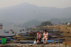 Two women chatting at phewa lake Royalty Free Stock Photos