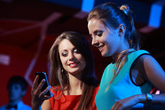 Two women enjoying with a smartphone Royalty Free Stock Photos