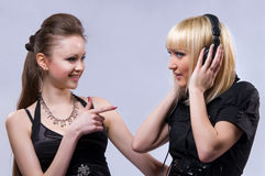 Two women listening to music Royalty Free Stock Photography
