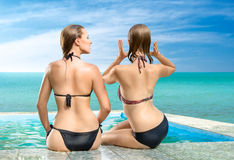 Two women relaxing in swimming pool Royalty Free Stock Photos