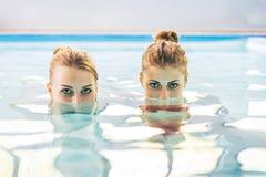 Two women swimming Royalty Free Stock Photos