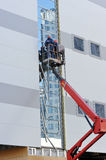Two workers on the lift platform Royalty Free Stock Photos