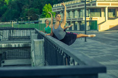 Two young beautiful twin sister dancing ballet in the city Royalty Free Stock Photos