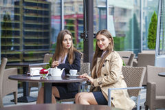 Two young business women having lunch break together Royalty Free Stock Photos