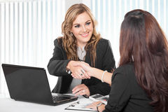 Two young businesswoman shaking hand Royalty Free Stock Photos