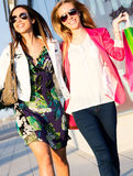 Two young friends shopping together Royalty Free Stock Photos