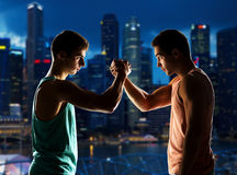Two young men arm wrestling Royalty Free Stock Photos
