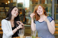 Two young woman at the outdoors cafe Royalty Free Stock Photography