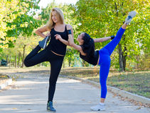 Two young women exercising Royalty Free Stock Photos