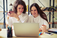 Two young women looking at laptop together Stock Photography