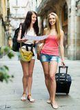 Two young women with map Royalty Free Stock Photos