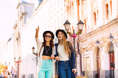 Two young women walking together and admiring Royalty Free Stock Photos