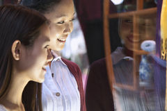 Two young women window shopping Royalty Free Stock Images
