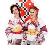 Twobeautiful-Ukrainerfrauen lizenzfreie stockfotografie