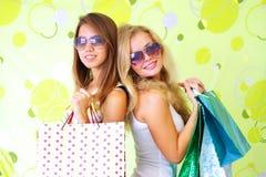 Twogirls op een groene achtergrond Stock Afbeeldingen