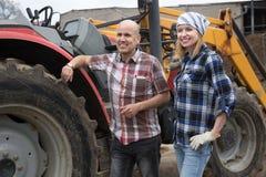 Twomechanics opestanding около жатки в ферме Стоковое фото RF