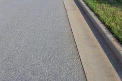 Tworzący betonowy krawężnik z zieloną trawą, asfalt kopii przestrzeń zdjęcia stock