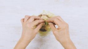 Tworzący hamburger, stawiający składniki i mięso na babeczce, zakończenie up strzelał, lekki tło zdjęcie wideo