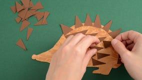 Tworzący jeża papier i stawiać usta z kleidłem na jeżu zbiory wideo