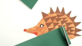 Tworzący jeża papier i stawiać usta z kleidłem na jeżu zbiory