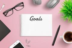 Tworzący plan biznesowych celów pojęcie na menchiach pracuje biurko fotografia stock