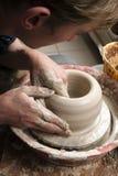 tworzący tworzyć ręki zgrzytają garncarki Obrazy Stock