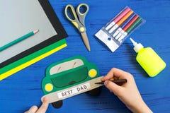 Tworzenia kartka z pozdrowieniami dla ojca ` s dnia dzieckiem Krok 9 Fotografia Royalty Free