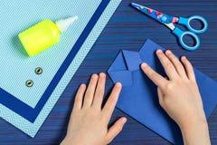 Tworzenia kartka z pozdrowieniami dla ojca ` s dnia dzieckiem Krok 4 Zdjęcia Stock
