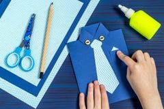 Tworzenia kartka z pozdrowieniami dla ojca ` s dnia dzieckiem Krok 9 Obrazy Stock