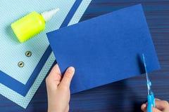 Tworzenia kartka z pozdrowieniami dla ojca ` s dnia dzieckiem Krok 3 Zdjęcie Stock
