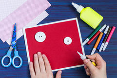 Tworzenie kartka z pozdrowieniami dla Macierzystego ` s dnia dzieckiem krok Obraz Royalty Free