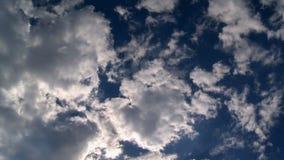 Tworzyć chmurnieje w niebieskiego nieba timelapse zbiory wideo