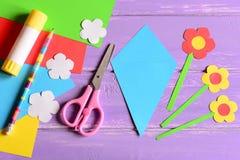 Tworzyć papierowych rzemiosła dla macierzystego ` s dnia lub urodziny krok przewdonik Szczegóły robić papierowemu bukietowi dla m fotografia stock