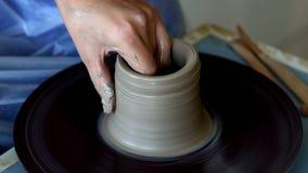 Tworzyć słój lub wazę glina Kobiet ręki, garncarki ` s koło zbiory wideo